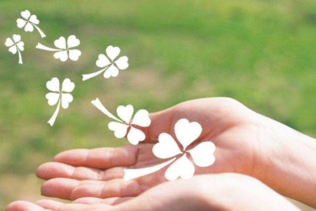 手のひらから湧き出る花