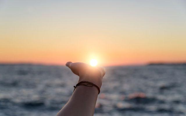 手のひらと海の背景